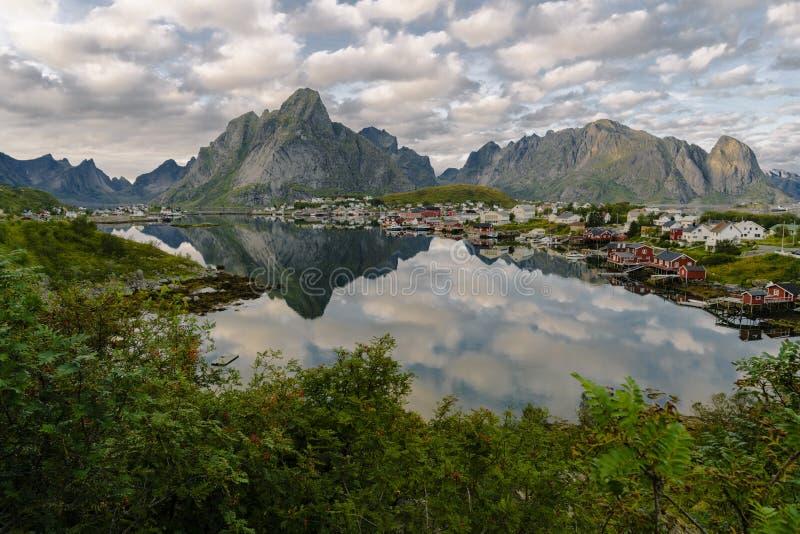 在海山的镜象反射和村庄挪威风景罗弗敦群岛海岛移动风景斯堪的纳维亚自然 库存图片