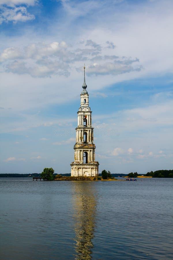 在海岛上的古老教堂在河 免版税库存照片