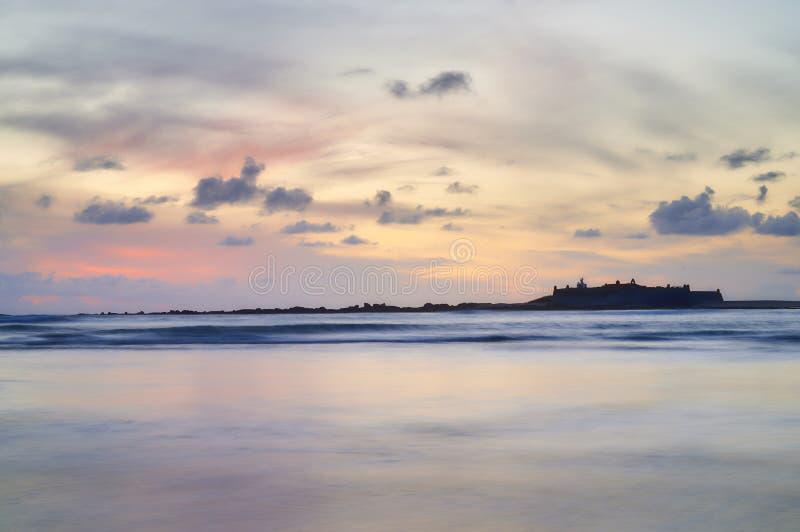 在海岛上的堡垒在光滑的海 免版税库存图片