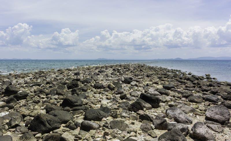 在海岛上的岩石海滩在泰国 免版税库存图片