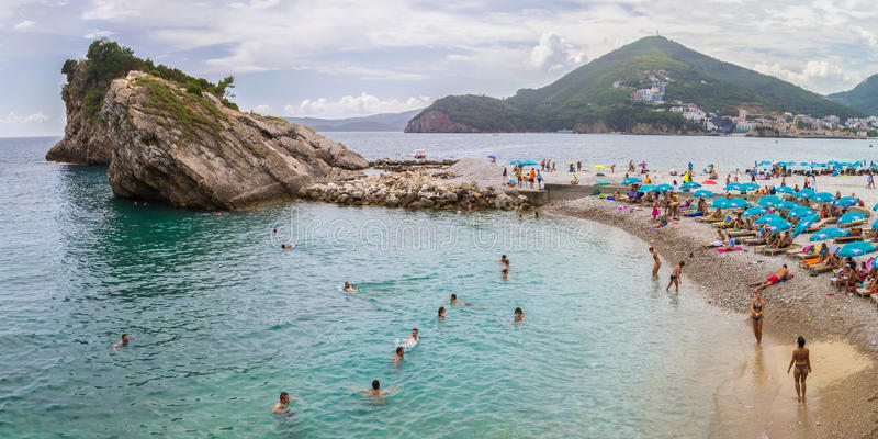 在海岛上的海滩在离布德瓦不远的黑山 图库摄影