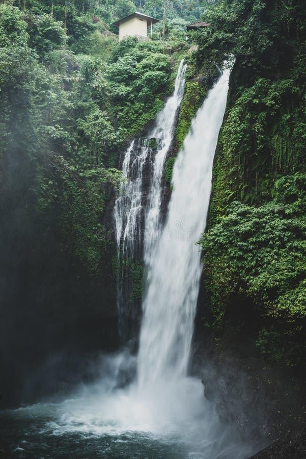 在海岛上的瀑布 免版税图库摄影