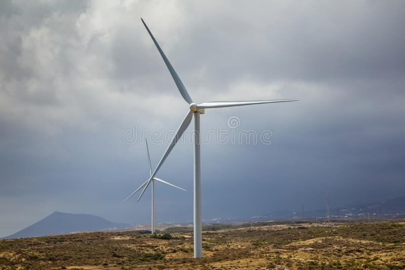 在海岛上的风轮机作为便宜的能量的一个生态来源 免版税库存图片
