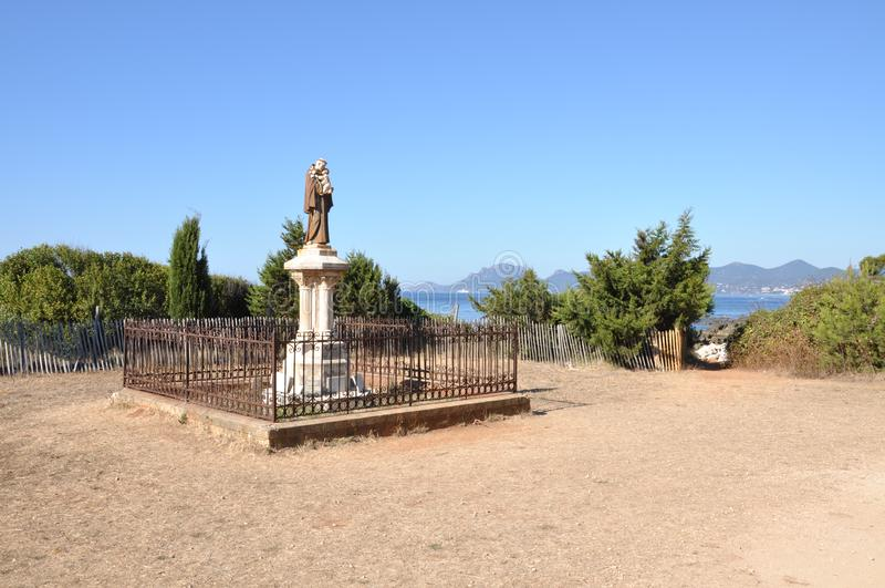 在海岛圣徒Honorat法国的路旁寺庙 免版税库存图片