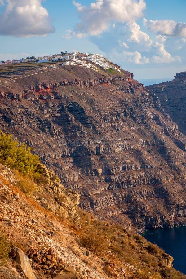在海岛圣托里尼上的峭壁 免版税库存照片