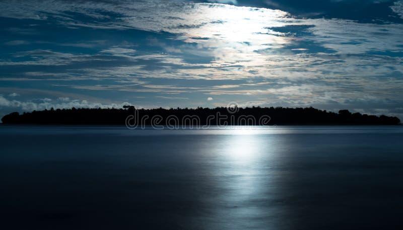 在海岛天堂的日落 免版税库存照片