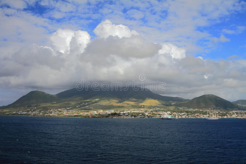在海岛火山的阴云密布 圣基茨岛,联盟圣克里斯多福和尼维斯岛 库存照片
