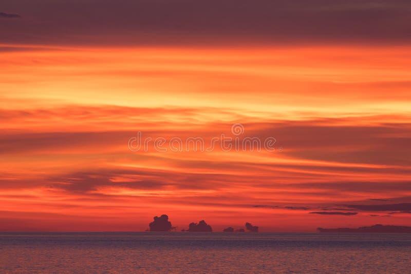 在海岛的生动的橙色日落 库存图片