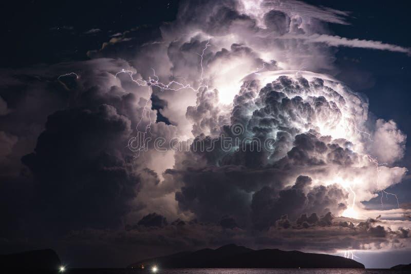 在海岛的雷暴在晚上 免版税图库摄影