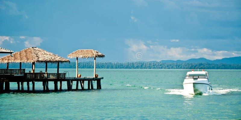 在海岛附近的游艇 免版税库存照片