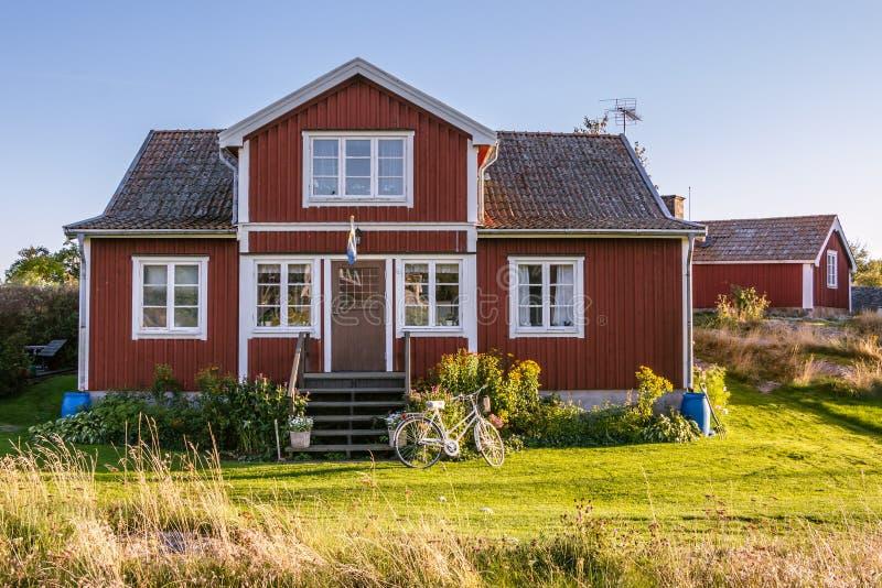 在海岛Harstena上的红色村庄在瑞典 免版税库存图片
