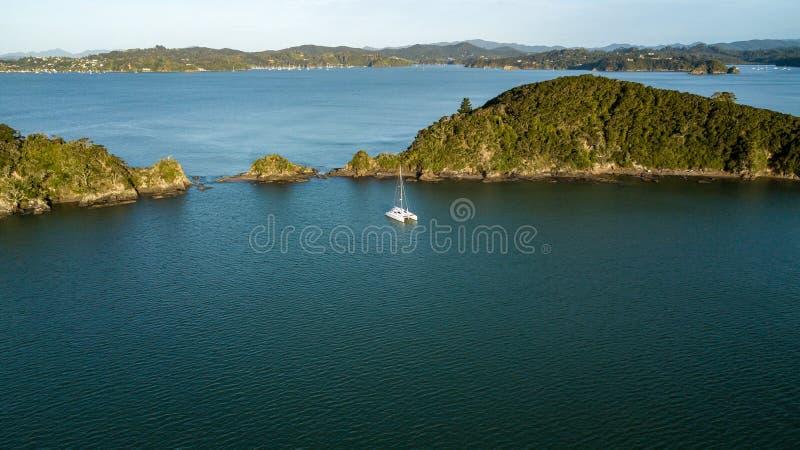 在海岛Paihia海湾的孤立筏  图库摄影