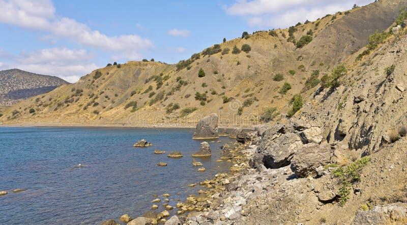 在海岩石岸的克里米亚半岛山咆哮 库存照片