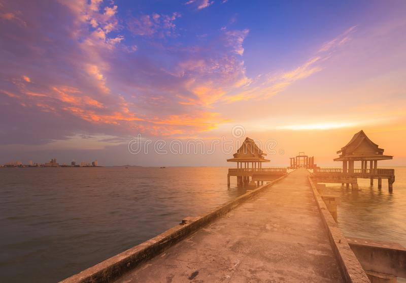 在海岸地平线的自然日落天空与人行道 库存图片