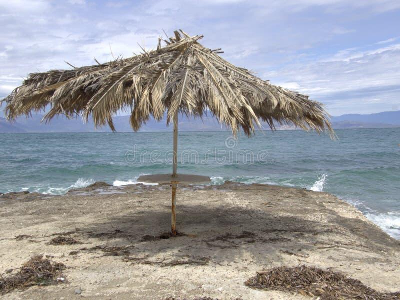 在海岸旁边的伞 图库摄影