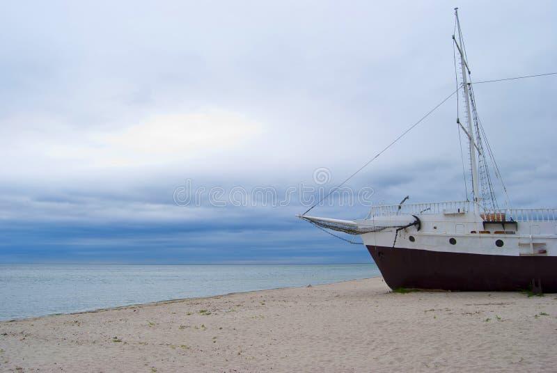 在海岸海的船 库存照片