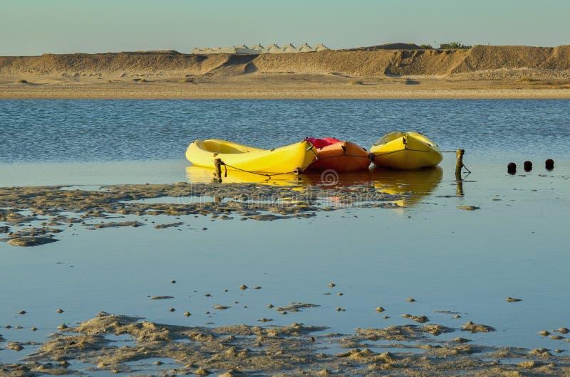 在海岸的三艘皮船 图库摄影