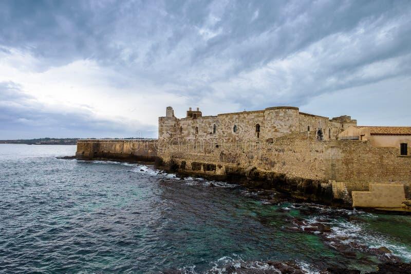 在海岸的中世纪马尼亚切城堡在Ortigia海岛,西拉库萨 免版税图库摄影
