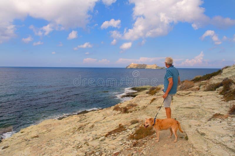 在海岸的人身分从科西嘉 免版税库存照片