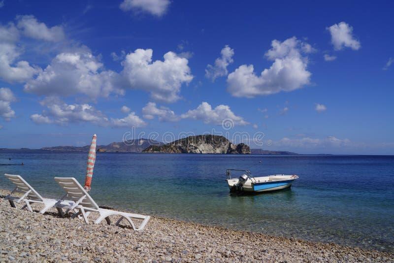 在海岸的小船 免版税库存图片