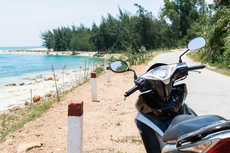 在海岸的摩托车身分在对Hai范通行证,越南的途中 免版税库存照片