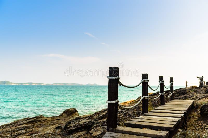 在海岸的木走道 库存图片