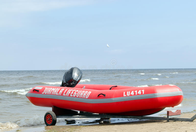 在海岸的橡胶救生员小船拖车 库存照片