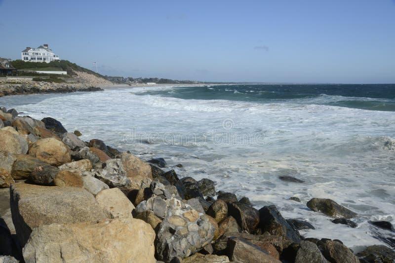 在海岸的波浪在手表小山罗德岛州 库存图片