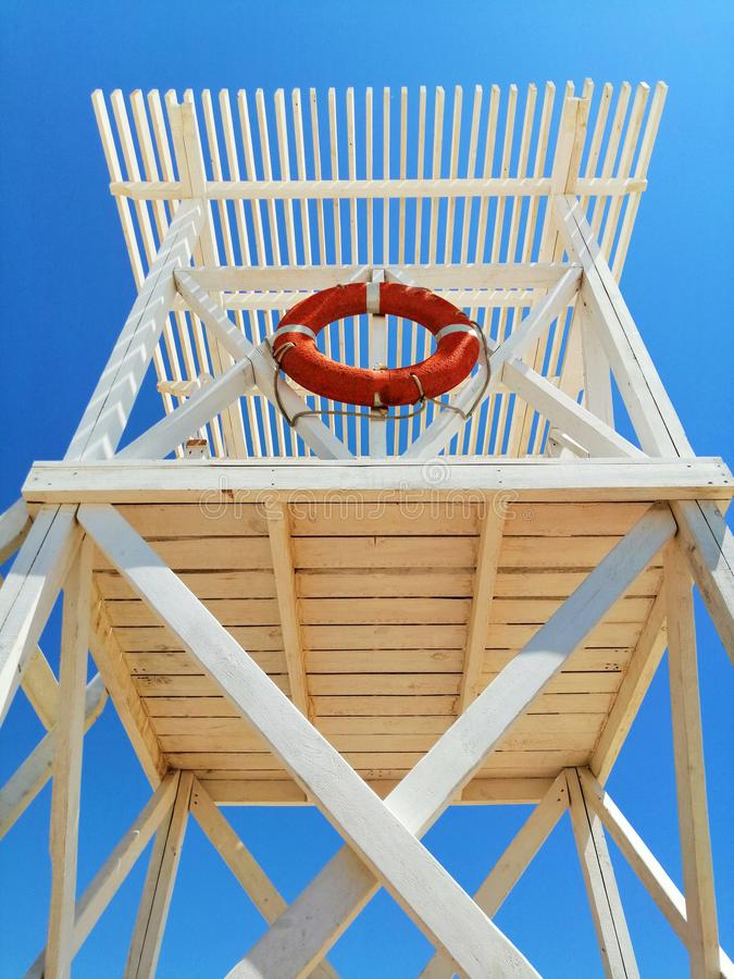 在海岸的白色抢救塔 免版税库存照片