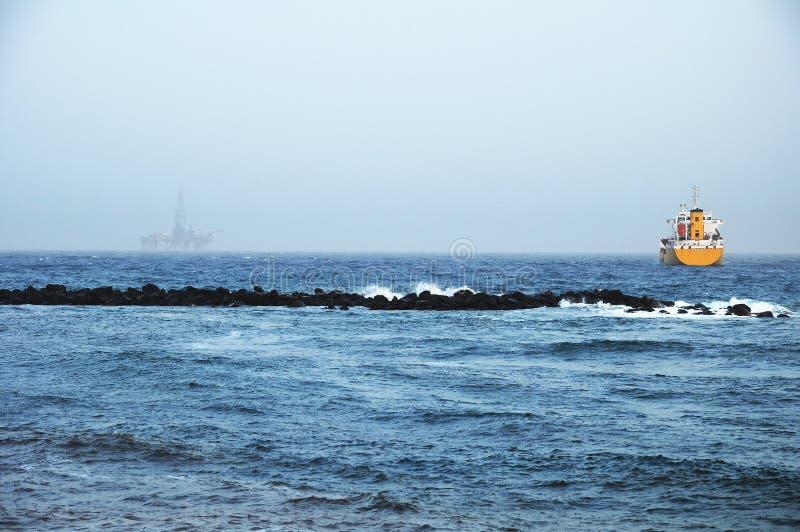 在海岸的石油平台 免版税库存图片