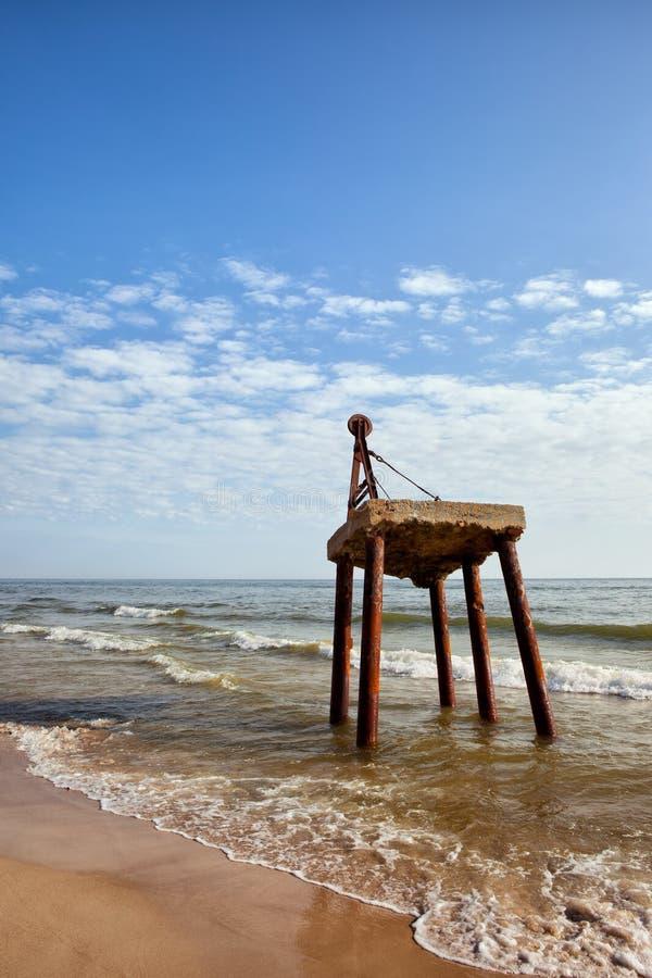 在海岸的老生锈的起重机 免版税库存图片