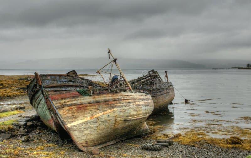 在海岸的被放弃的小船 免版税库存照片
