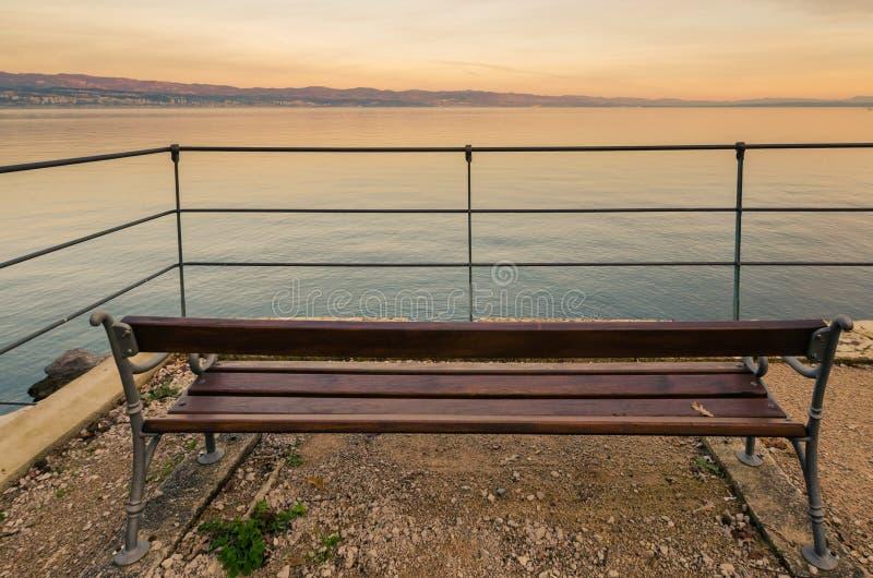 在海岸的长凳 库存图片