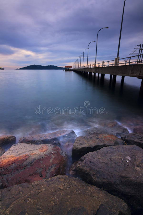 Download 在海岸的阴沉的日落在婆罗洲,沙巴,马来西亚 库存图片. 图片 包括有 海运, 背包, 火箭筒, 室外, 跳船 - 30334675