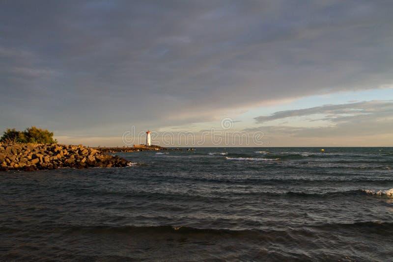 在海岸的Phare与剧烈的天空 免版税库存图片