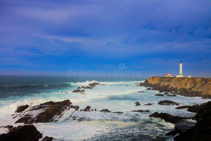 在海岸线的加利福尼亚灯塔常设稍兵 库存照片