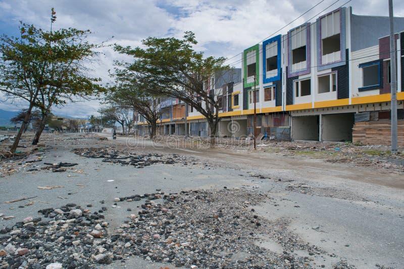 在海岸线的损坏的Buildngs在2018年9月28日的海啸命中帕卢以后 免版税库存图片