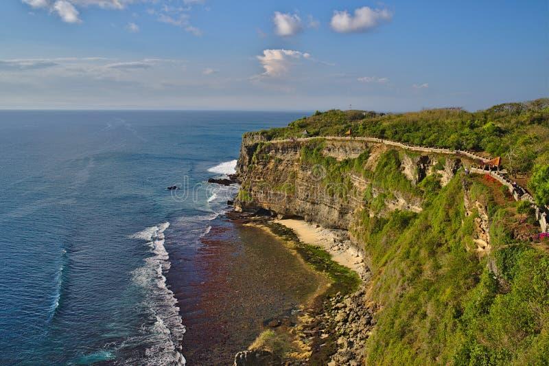 在海岸线的看法在巴厘岛印度尼西亚的Uluwatu寺庙附近 免版税库存照片