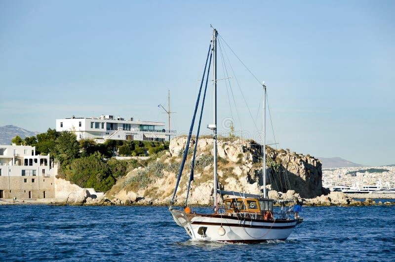 在海岸线附近的Tradinional木巡航小船 r 免版税库存图片