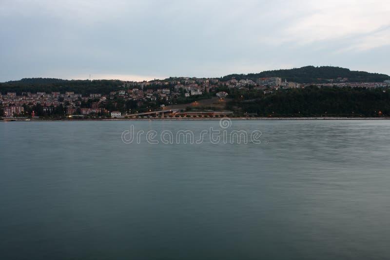 在海岸线,城市科佩尔的住宅区在前夕的斯洛文尼亚 免版税库存图片