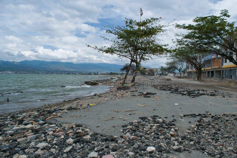 在海岸线Dmage附近的路在2018年9月28日的海啸命中帕卢以后 免版税库存照片