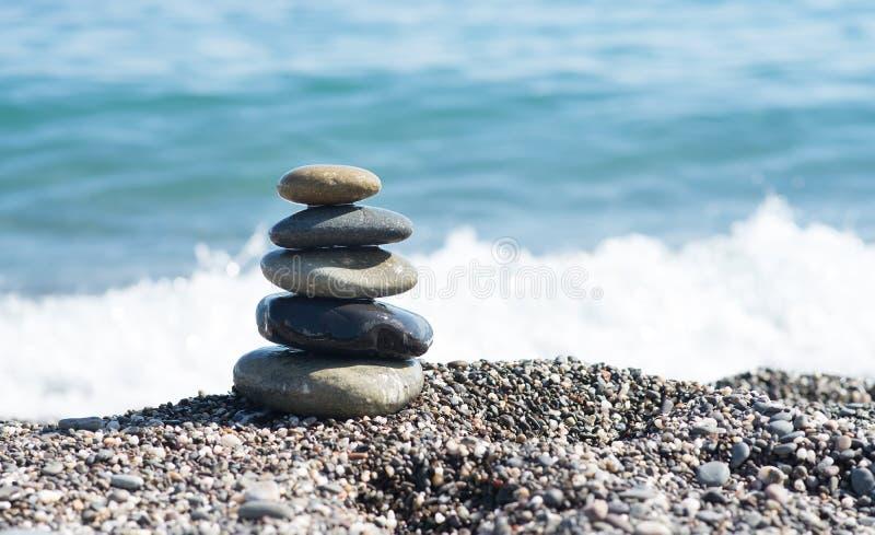 在海岸,佛教的标志的禅宗石头 库存图片