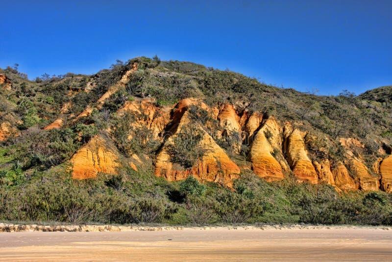在海岸,弗雷泽岛,澳大利亚的侵蚀倾斜 免版税库存图片