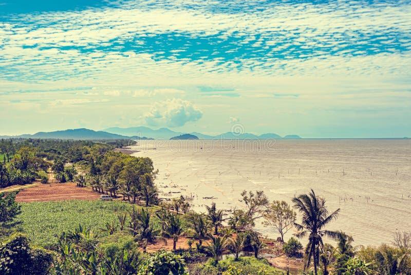 在海峡马六甲沿海线的美丽如画的风景视图  库存照片