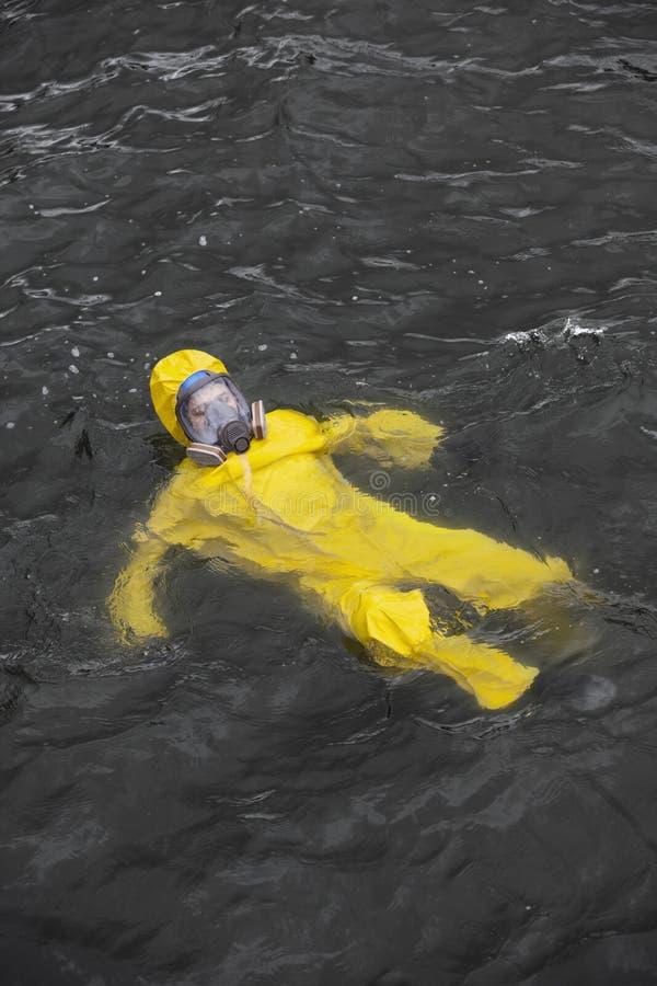 在海工作者的事故防护套服的在水中 免版税库存照片
