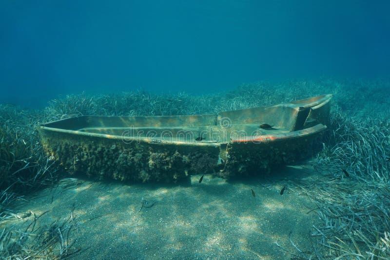 在海底的小被击毁的小船水中 免版税库存图片