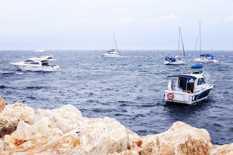 在海或海洋天际的渔船 库存照片