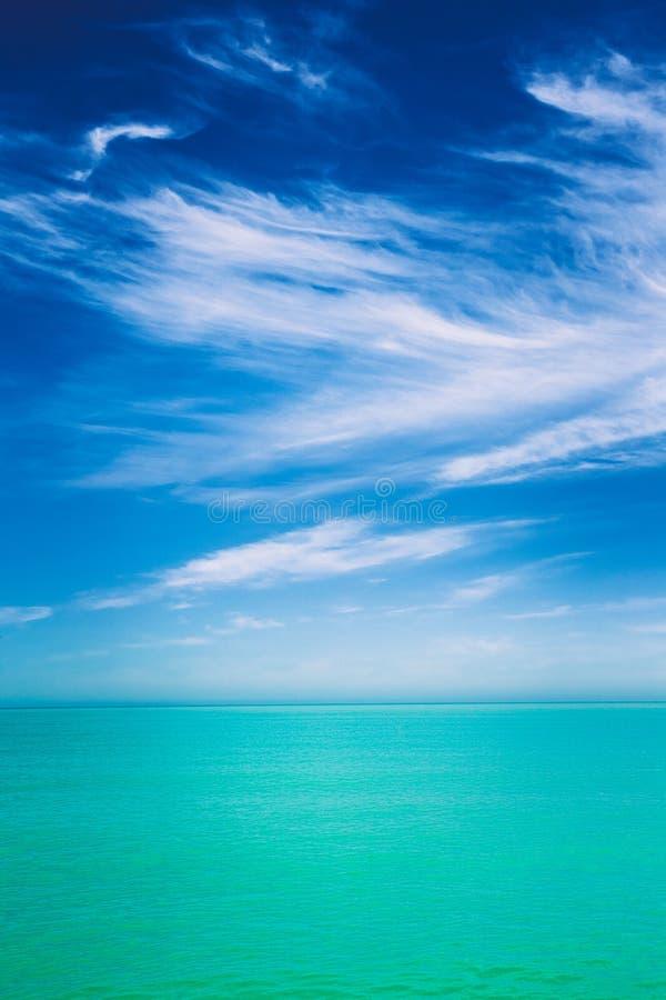 在海或海洋镇静水的天空  与轻轻地蓝色颜色的自然本底 免版税库存照片