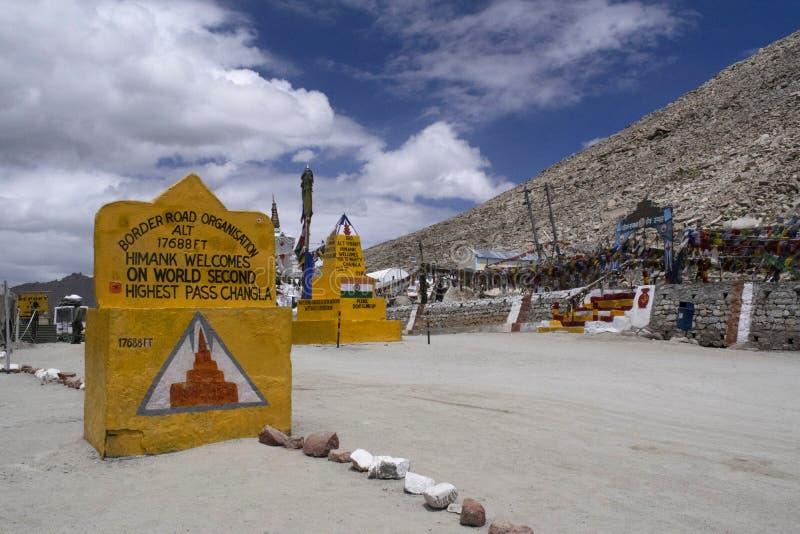 在海拔的张La 5,360 m是一张高山通行证在拉达克,印度 免版税库存照片