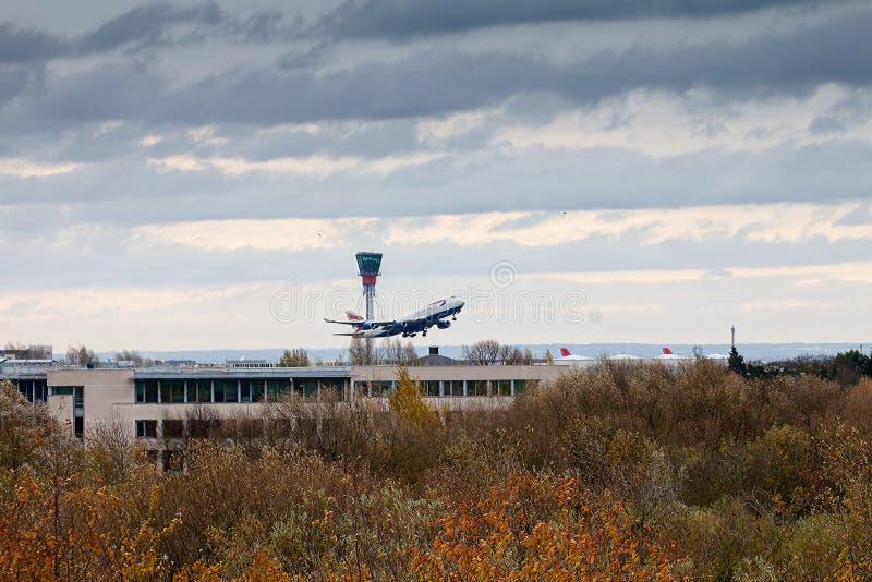 在海斯罗的空中交通塔和波音747 免版税库存图片